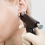Прокол ушей пистолетом и серьги из медицинской стали