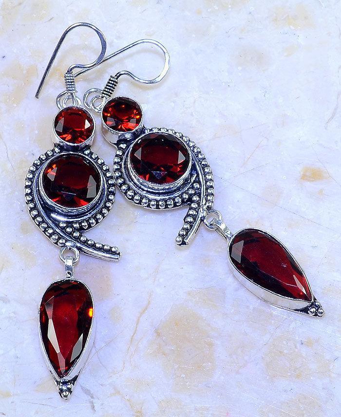 Сережки з каменем гранат в сріблі. Красиві сережки з гранатом.