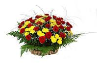 Корзина с красной розы и хризантемы