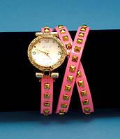 """Женские наручные часы-браслет на кожаном ремешке с заклепками """"Бруклэнд"""", розовые с золотым"""