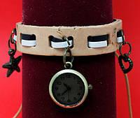 """Женские наручные часы-браслет на широком кожаном шнуре с подвесками """"Силвертон"""", бежевый"""