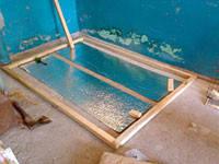 Для лучшего сцепления цементной стяжки с основанием пола, теплоизоляционную отражающую подложку нужно нарезать на полоски шириной 50 - 52 см. Эти полоски размещают на полу с шагом 90 - 130мм друг от друга и от ближайших стен.