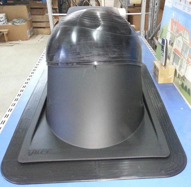 Пластиковая часть проходного элемента должна отстоять от печной трубы на расстояние не менее 10 мм, резиновый уплотнитель проходного элементазатягивается на трубе металлическим хомутом.