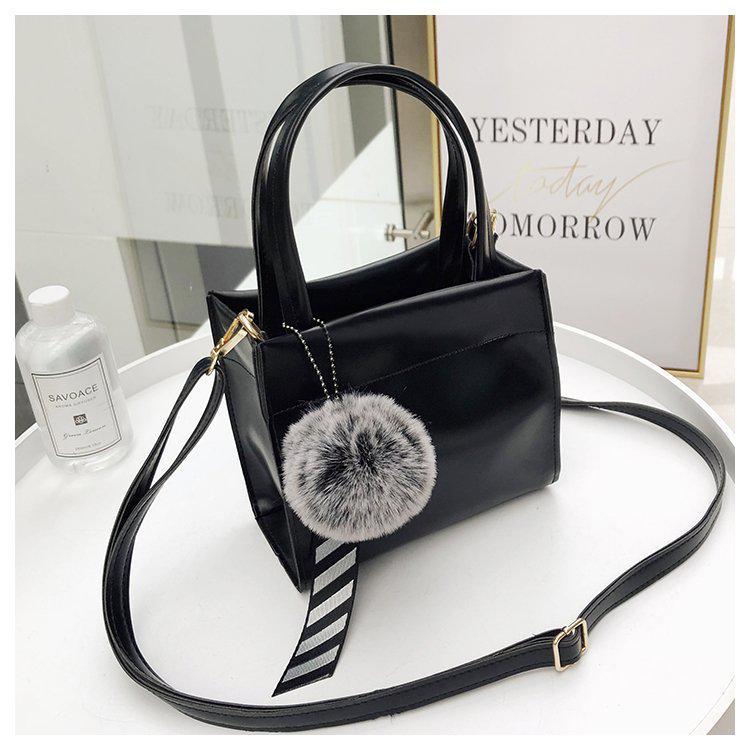 4d006318870a Маленькая женская сумка с помпоном квадратная черная - PrettyLady.com.ua в  Каменском