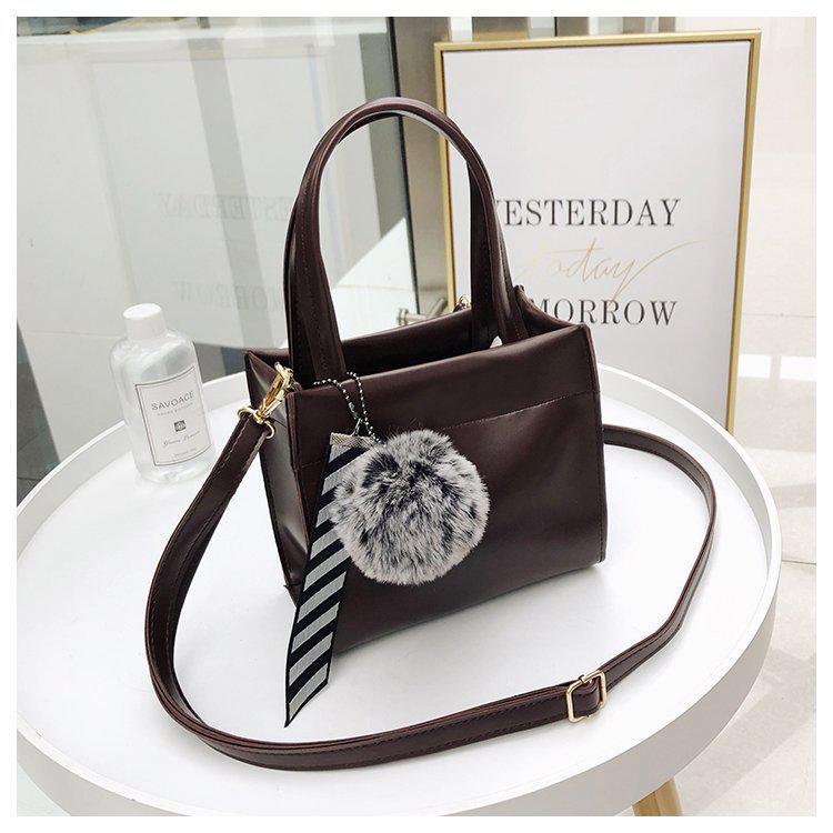 Маленька жіноча сумка з помпоном квадратна коричнева