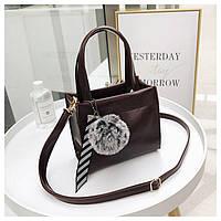 Маленька жіноча сумка з помпоном квадратна коричнева, фото 1