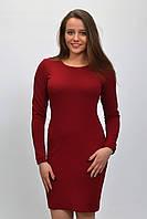 Женское облегающее трикотажное платье бордового цвета.