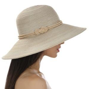 Бежевая летняя шляпа средние поля украшена шнурком