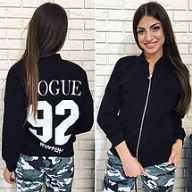 """Короткая женская куртка-бомбер """"VOGUE"""" с карманами и принтом на спине (2 цвета), фото 3"""
