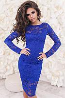Молодежное  нарядное облегающее  платье до колен из гипюра с длинными рукавами  цвет электрик