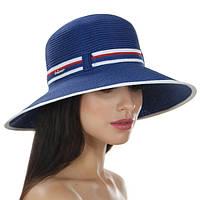 Синяя женская шляпа с полями украшена двухцветной лентой
