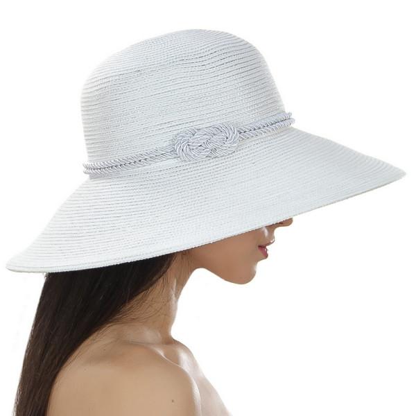 Белая летняя шляпа средние поля украшена шнурком