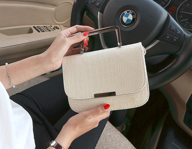 Женская белая сумочка с металлическими ручками