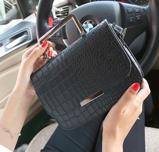 Женская черная сумочка с металлическими ручками