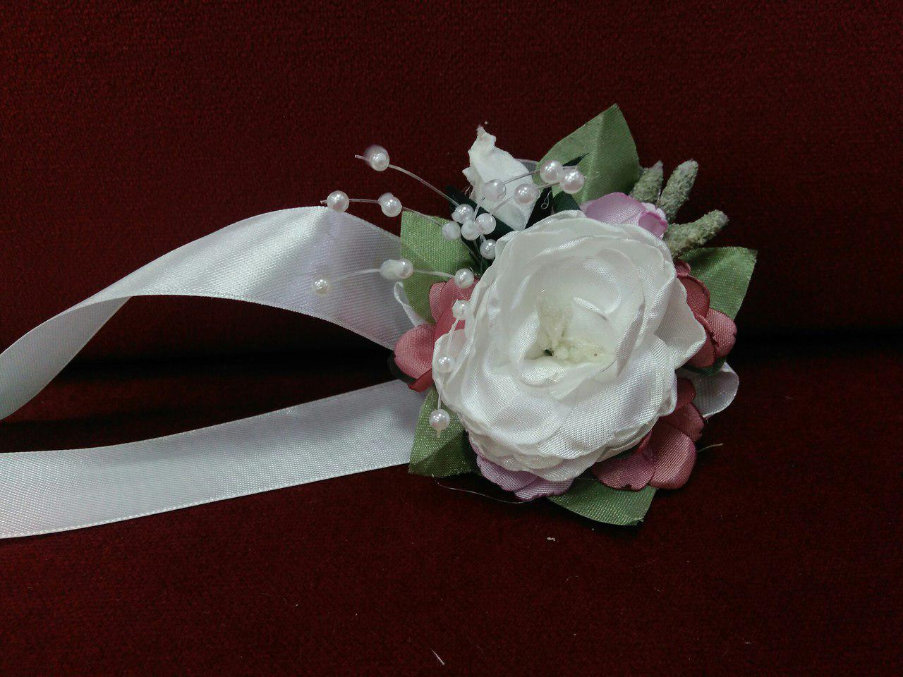 Бутоньерка на руку из пиона айвори с розовым