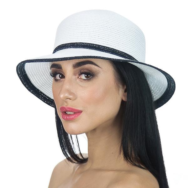 Летняя шляпа с небольшими полями цвет белый с черной отделкой