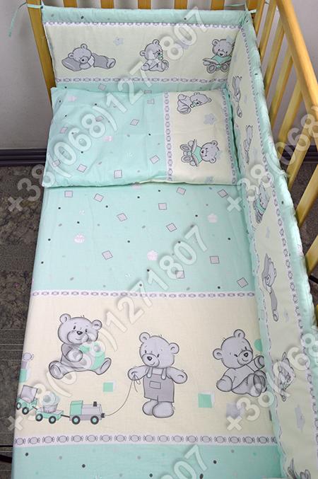 Детское постельное белье и защита (бортик) в детскую кроватку (мишка игрушки салатовый)