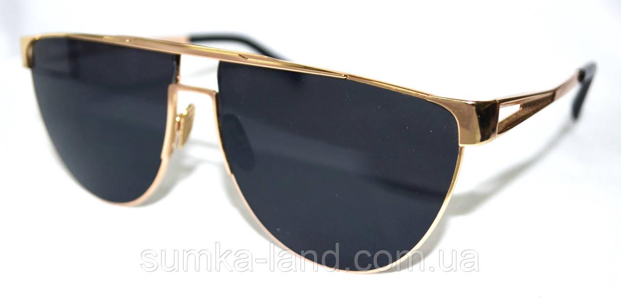 Женские солнцезащитные черные очки с золотистой оправой