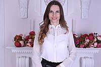 Красивая женская блузка декорирована бусинами и сеткой