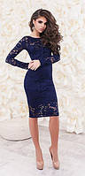 Молодежное нарядное облегающее платье до колен из гипюра с длинными рукавами темно синего цвета