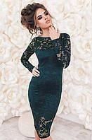 Молодежное  нарядное облегающее  платье до колен из гипюра с длинными рукавами темно зеленого цвета