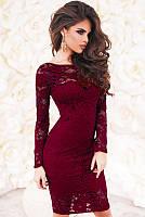 Молодежное  нарядное облегающее  платье до колен из гипюра с длинными рукавами  бордового цвета