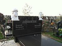 Памятник лабродорит со скульптурами из белого мрамора