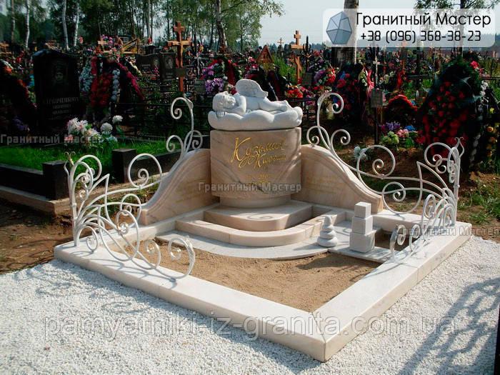 Детский памятник с ангелочком на тучке