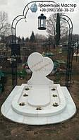 Памятник ребенку из белого мрамора в виде сердца