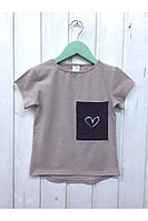 Летняя детская футболка с сердечком на кармане. размеры: 92-116