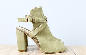 Босоножки женские на удобном каблуке, материал - натуральная замша, цвет - зеленый