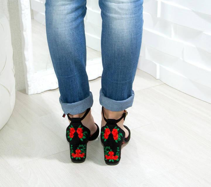 Босоножки черные замшевые с вышивкой Роза устойчивый каблук, фото 2