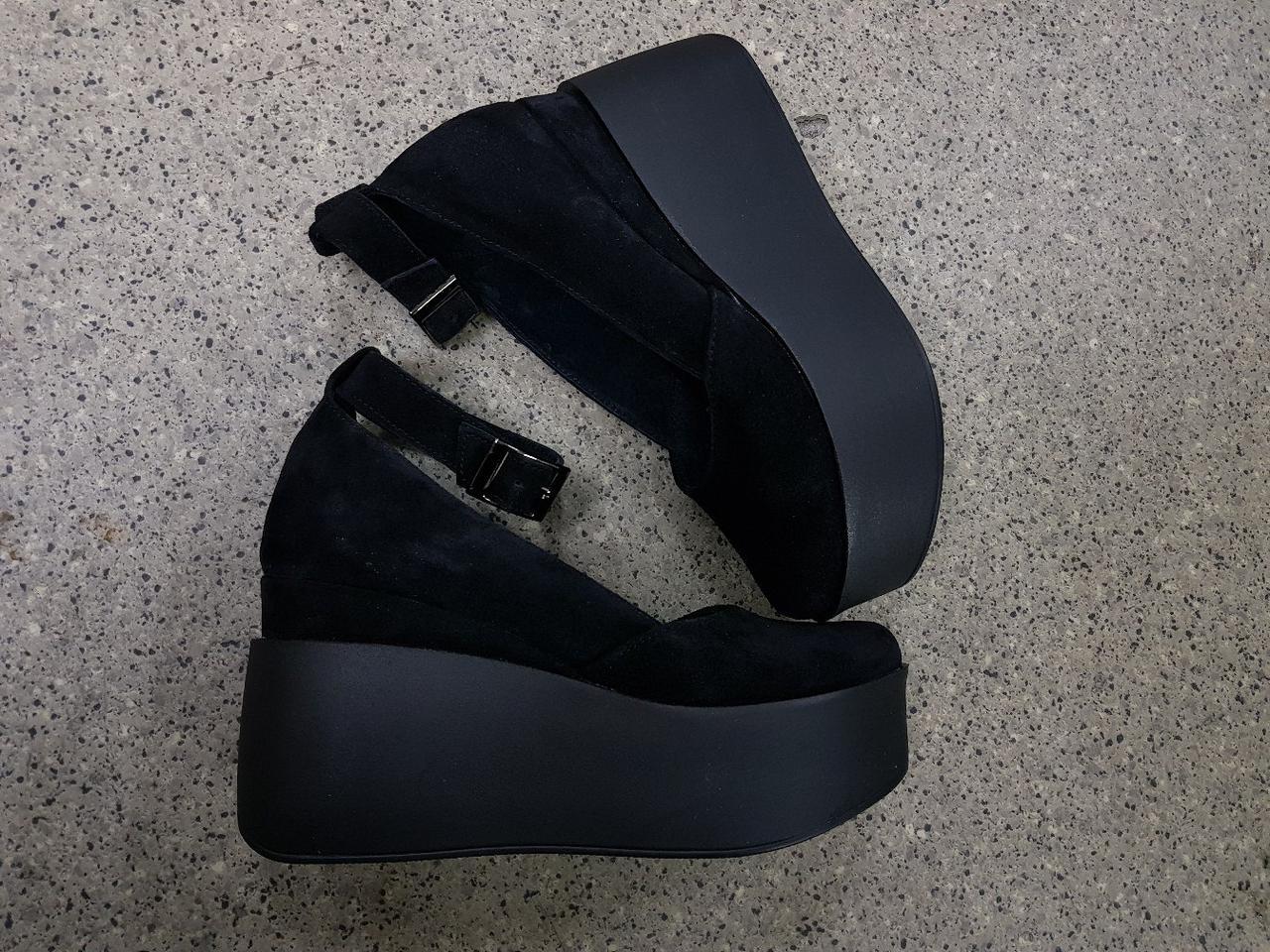 b8088e294 Женские черные туфли на танкетке с ремешком натуральная замша - ГЛЯНЕЦ |  Интернет-магазин КОЖАНОЙ