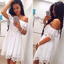 Белое летнее платье с открытыми плечами