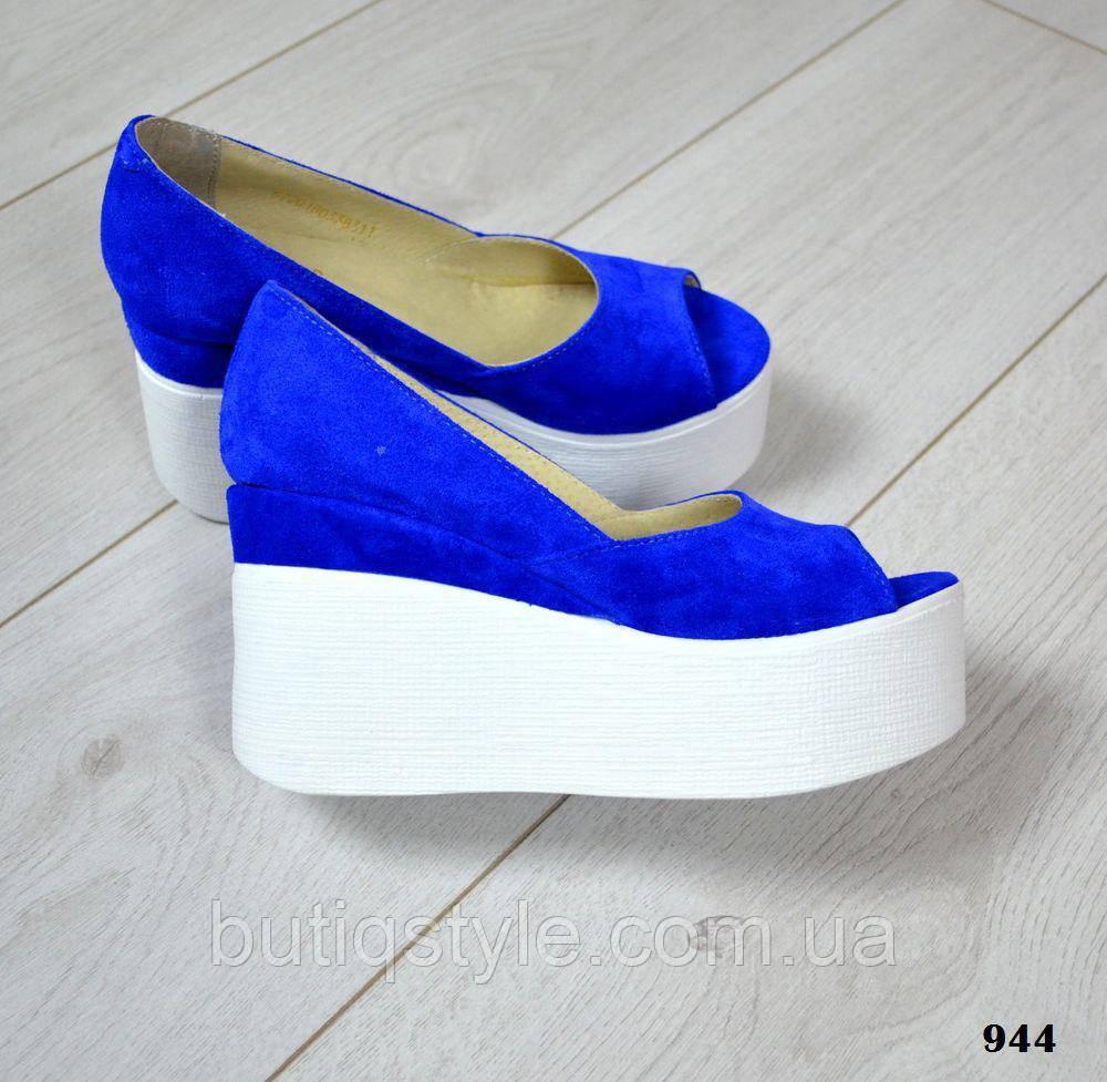 Крутые женские туфли натур замш синие электрик белая танкетка открытый носок