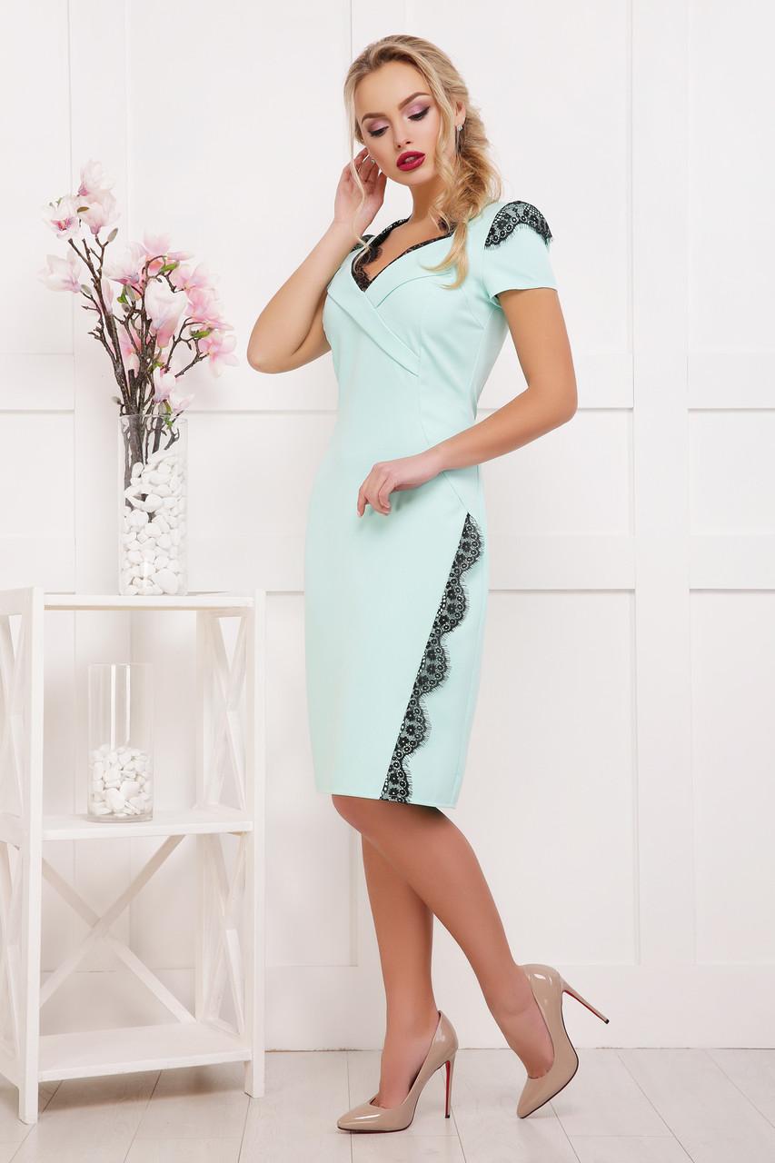 Платье футляр ниже колена мятное с красивым кружевом на декольте 42-46
