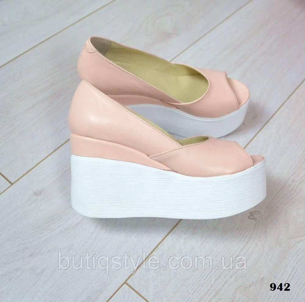 Красивые женские кожаные туфли пудра на белой танкетке открытый носок натуральная кожа
