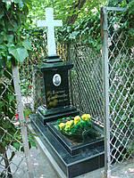 Памятник гранитный с крестом из белого мрамора
