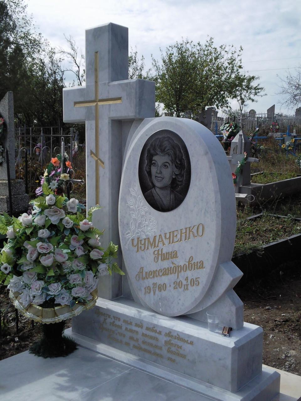 Памятник из белого мрамора с крестом
