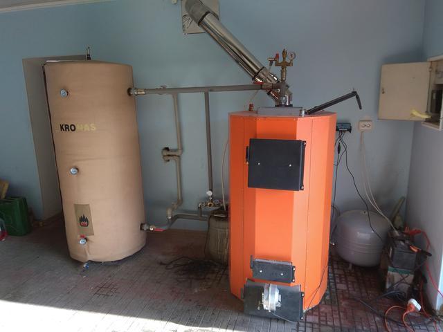 Подключенный в систему отопления котел длительного горения Энергия ТТ