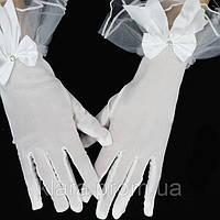 Очень красивые свадебные перчатки в мелкую сеточку с бантом и рюшем из фатина  белого цвета, длиной 26 см