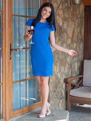 Синее яркое платье с перфорацией