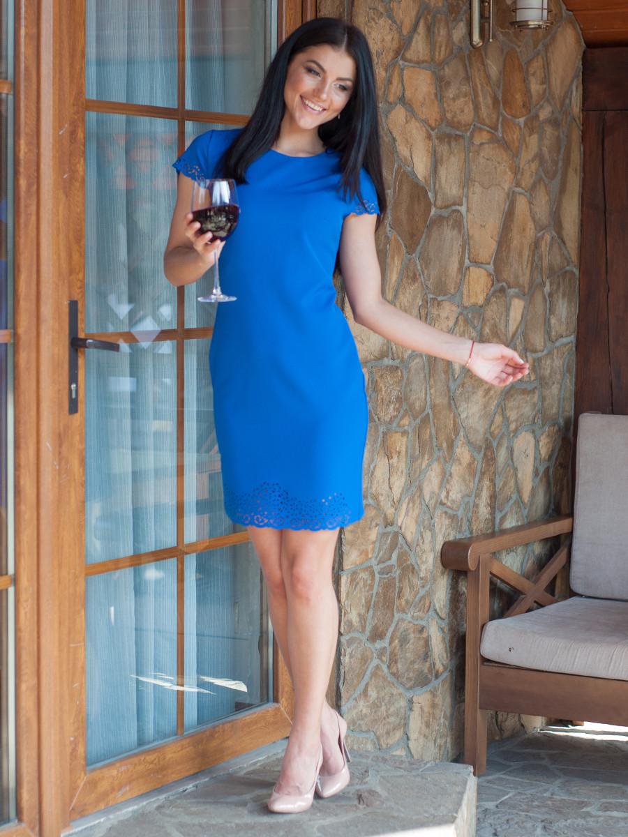 Яскраве синє плаття з перфорацією