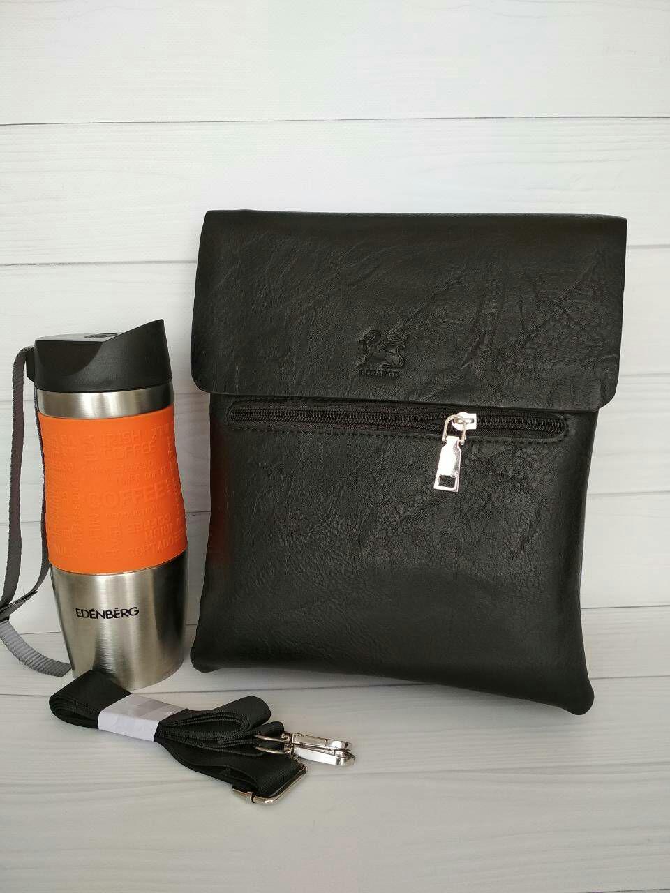 Мужская сумка из черной кожи с выдавленной эмблемой на клапане