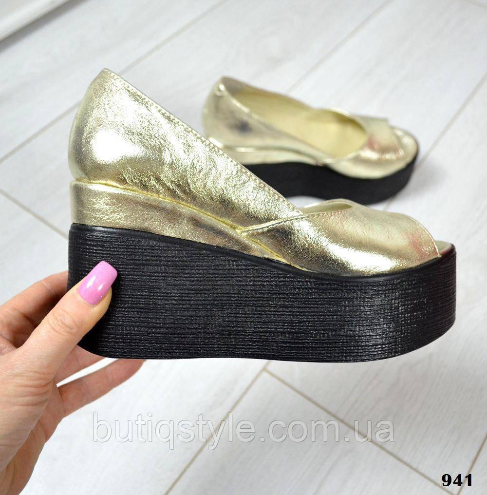 Модные женские кожаные туфли золото на черной рельефной танкетке открытый носок натур кожа