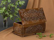 Шкатулка деревянная резьбленная с бисером (резная,рубленая)