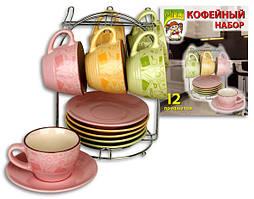 Набор кофейных чашек и блюдец на стойке
