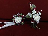 Свадебные бутоньерки (на пиджак и на руку) айвори (бежевые) с бордовым