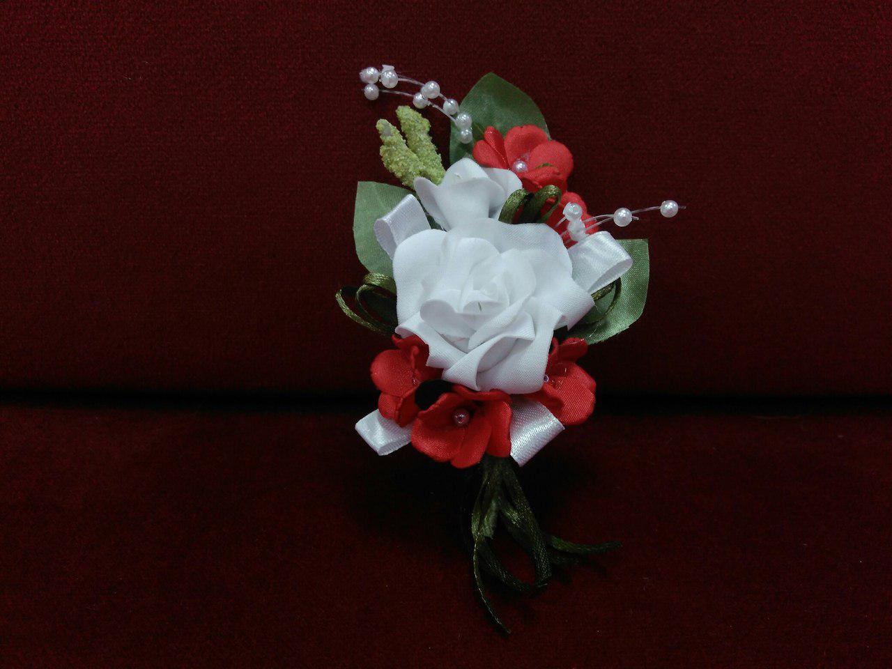 Свадебная бутоньерка белая с красным
