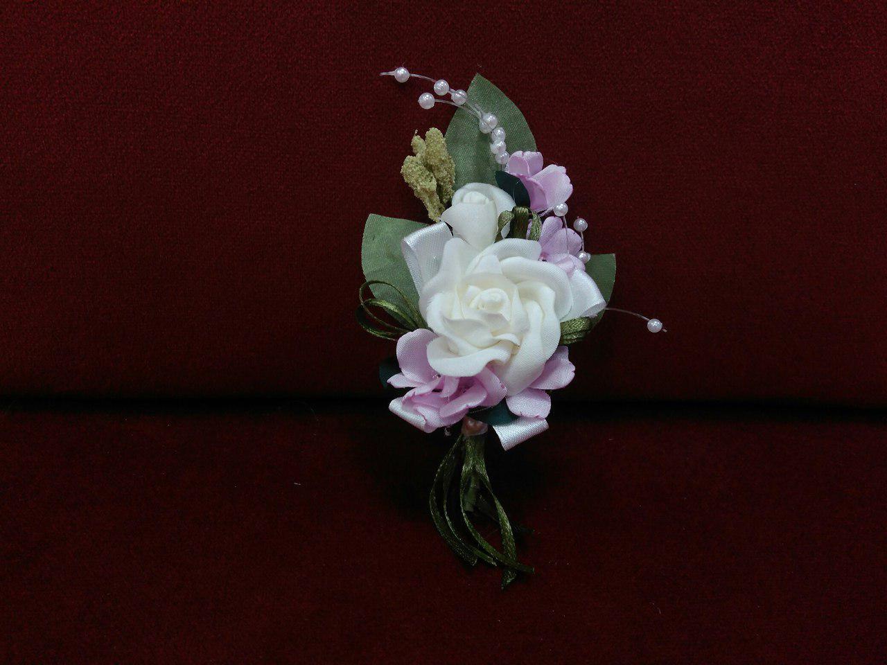 Свадебная бутоньерка айвори с розовым